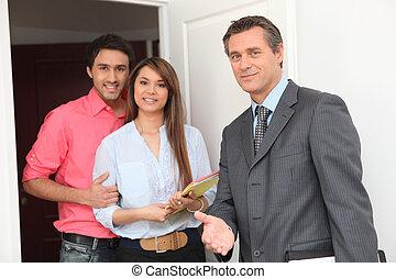 joven, pareja, corredor de bienes raíces