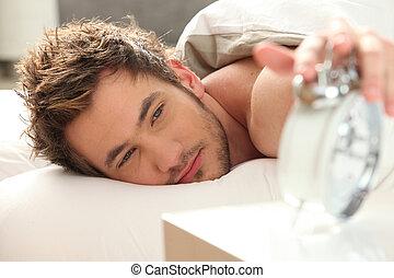 homem, cama, torneado, desligado, alarme