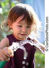 jovem, criança, tocando, mangueira