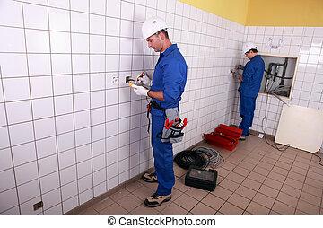 electricistas, trabajando
