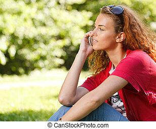 mulher, falando, sobre, telefone, parque