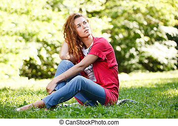 mulher, parque, capim, sentando
