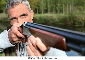 cazador, disparando