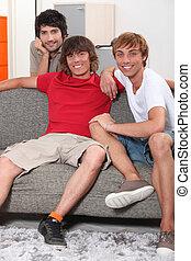 joven, hombres, Compartir, apartamento, juntos