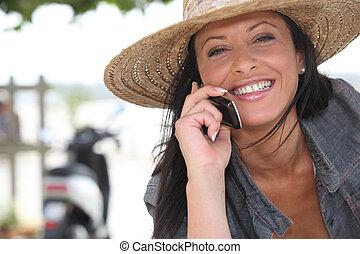 mujer, Llevando, paja, sombrero, Hablar, ella, móvil,...
