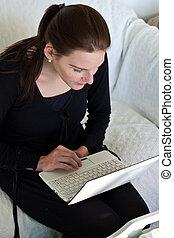 婦女, 坐, 長沙發, 看, 當時,  netbook, 白色