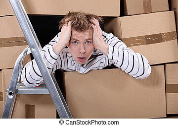 hombre, rodeado, pilas, cartón