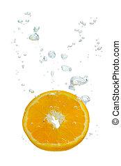 Orange im Wasser mit Luftblasen - Orange ins Wasser...