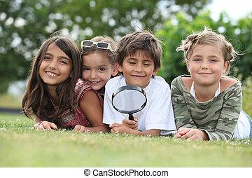 crianças, tocando, magnificar, vidro, parque