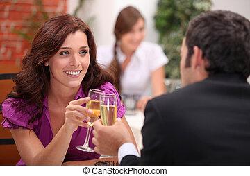 jovem, par, namorando, restaurante
