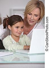 poco, ella, actuación, uso, Cómo, madre, niña, computador portatil