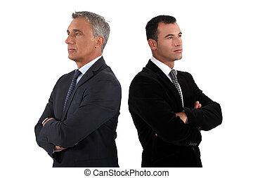 Homens negócios, dobrado, braços, dois