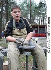 rueda, niño, trabajando, alfarero, joven, arcilla
