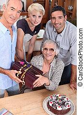 sobre, viejo, familia, madre, años, Celebrar, cumpleaños,...