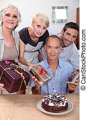 família, celebrando, aniversário, junto