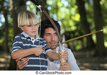 hombre, poco, niño, tiro al arco, bosque