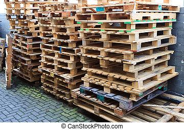 Europallet stock foto 39 s en beelden zoek onder 31 europallet beelden en royalty vrije fotografie - Foto houten pallet ...
