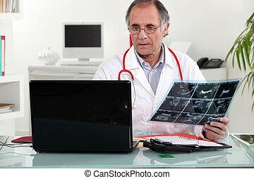 3º edad, doctor, verificar, radiografía, el...