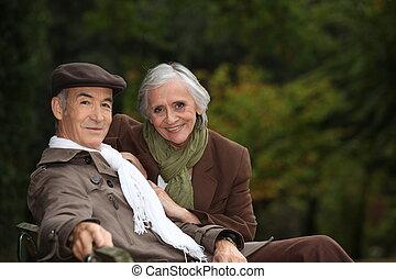 elegante, anciano, pareja, Sentado, parque, banco