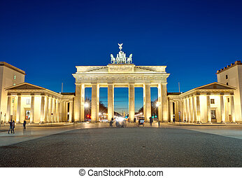 The illiminated Brandenburg Gate at - The famous Brandenburg...