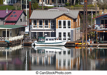 Two level floating house, Portland OR. - Two level floating...
