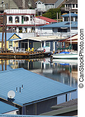 Floating homes Portland OR. - Floating homes and sailboats...