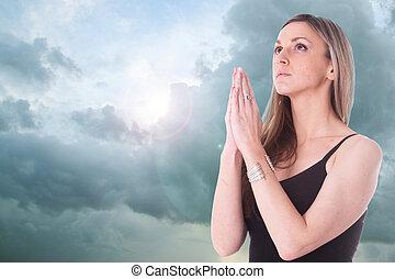 rezando, niña