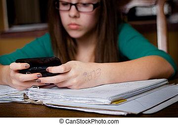 menina, texting, dever casa