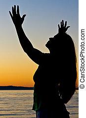 donna, prega, fuori, tramonto