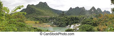 Detian falls: border China-Vietnam - Panoramic photo of...