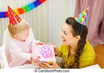 madre, Dar, cumpleaños, regalo, bebé