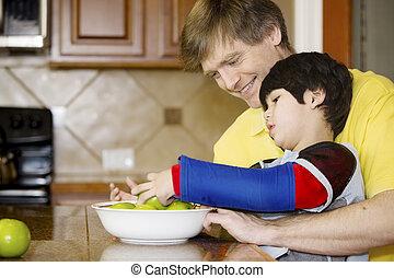 pai, ajudando, Incapacitado, filho, trabalho, cozinha
