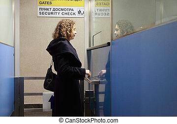 donna, leva piedi, giovane, punto controllo, aeroporto, sicurezza