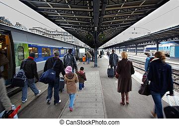 Passageiros, chegado, trem, ir, plataforma