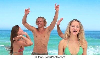 fyra, vänner, festa, blondin, flicka, ser, kamera
