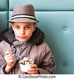 かわいい, ティーンエージャーの, 食べること, 男の子, トッピング, 氷, チョコレート, クリーム