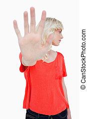 jovem, mulher, fazer, parada, sinal, mão, enquanto,...
