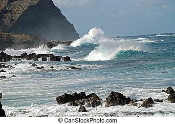 Wellenbrecher auf den Atlantischen Ozean