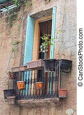 balcon - fenetre donnant sur un balcon en ville