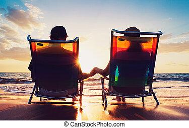 Senior, par, gammal, kvinna, sittande, strand, hålla...