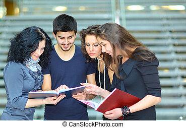 estudiantes, Hablar, cuadernos, grupo, tenencia