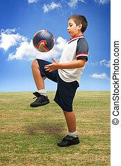 niño, juego, futbol, exterior