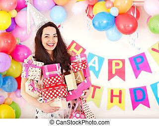 mulher, segurando, PRESENTE, caixa, aniversário,...