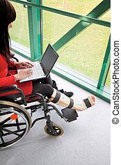 mulher, quebrada, perna