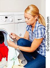 dona de casa, lavando, máquina