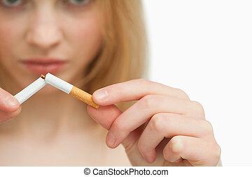 mulher, quebrar, cima, cigarro, mãos, fim