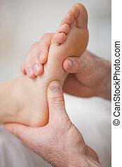 close-up, dois, mãos, massaging, pé