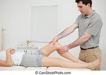 fisioterapeuta, examinando, joelho, seu, paciente, enquanto,...