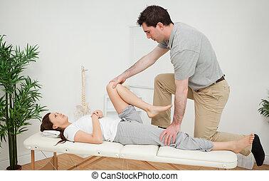 examinando, mulher,  chiropractor, dela, perna, sendo