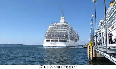 SEVEN SEAS VOYAGER cruise liner leaves port - TALLINN,...